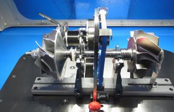 回転部品を組上げローターバランス測定及び修正している機種